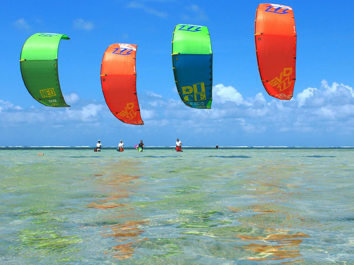 Les voiles colorées des kitesurf