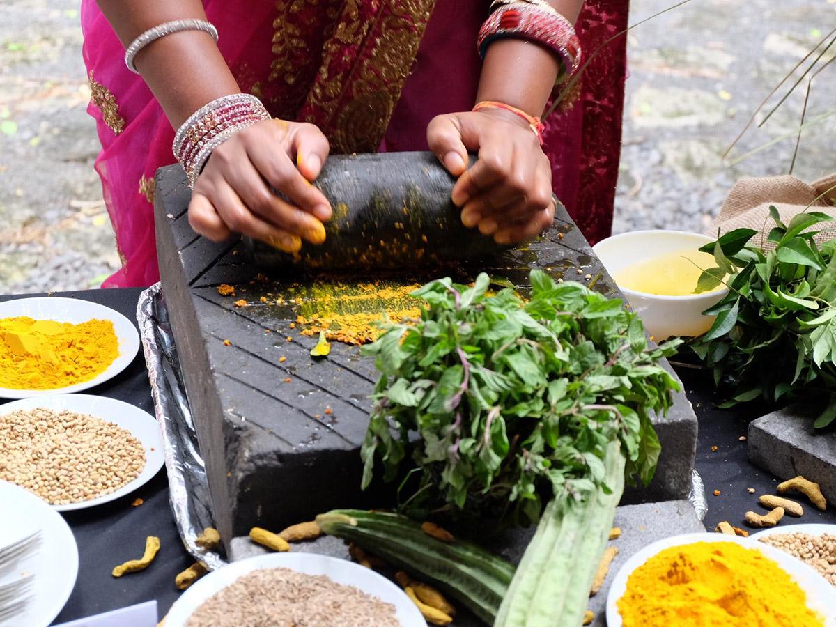 A Port Louis, on cuisine à la main à chaque coin de rue