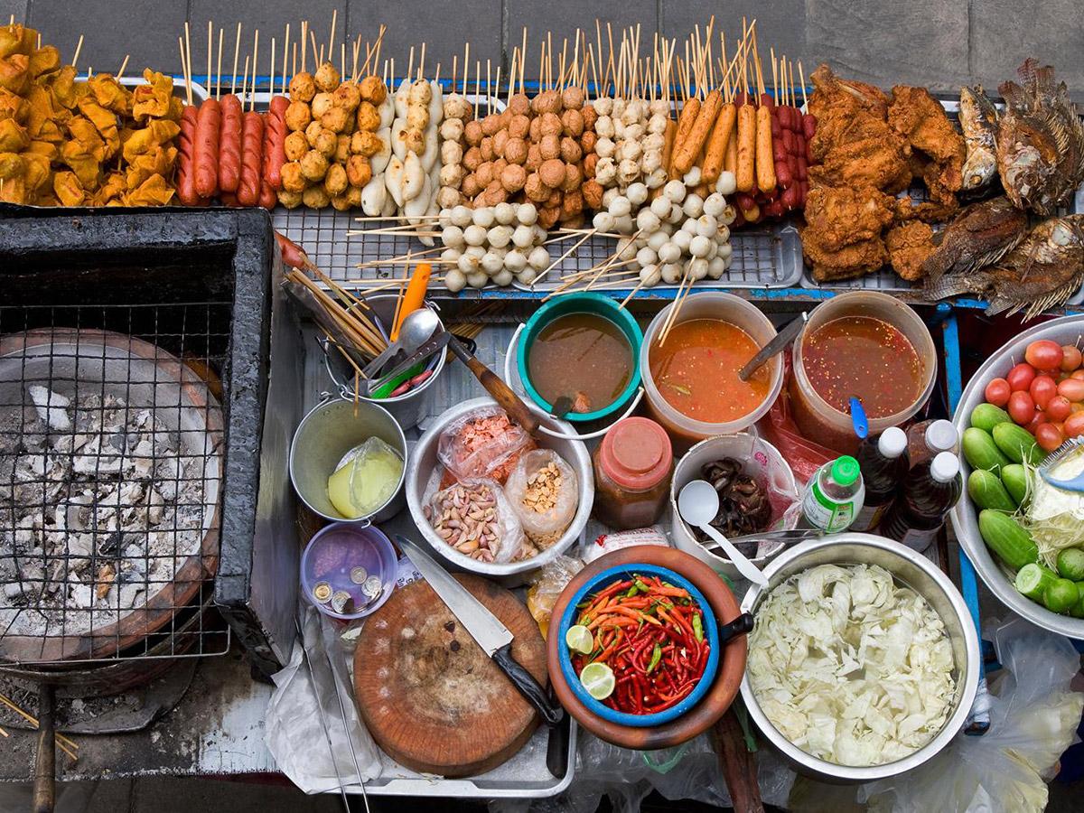 Les stands de street food répandent leurs odeurs alléchantes dans la ville