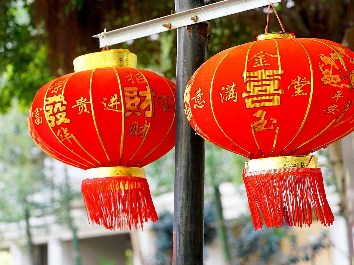 Les rues sont couvertes de lanternes rouges lors du nouvel an chinois