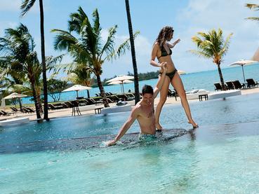 Profitez de la piscine de l'hôtel Anahita The Resort