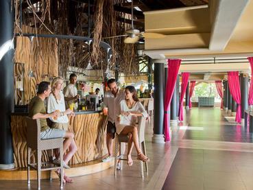 Sirotez des cocktails exotiques au bar Le Banian du Club Med