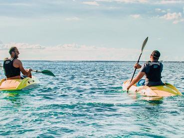 Faites du kayak dans une mer calme