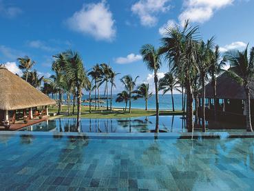 La superbe piscine de l'hôtel Constance Belle Mare Plage