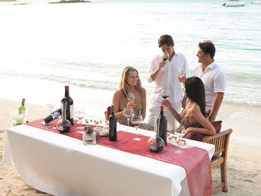 Dégustation de vin sur la plage du Constance Belle Mare