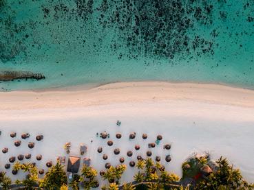 La superbe plage du Dinarobin Beachcomber