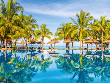 La belle piscine du Dinarobin à l'île Maurice