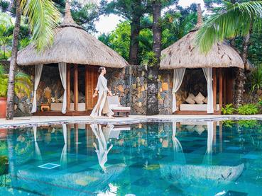 La belle piscine du spa de l'hôtel Dinarobin
