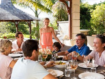 Profitez d'un repas en famille dans votre villa à l'Heritage The Villas