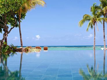 Profitez de la superbe piscine de l'hôtel Hilton