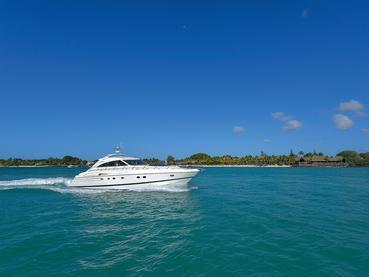Vue du Royal Palm Hotel et du yacht privé The Royal Princess