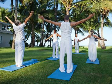 Séance de yoga dans le jardin verdoyant de La Pirogue