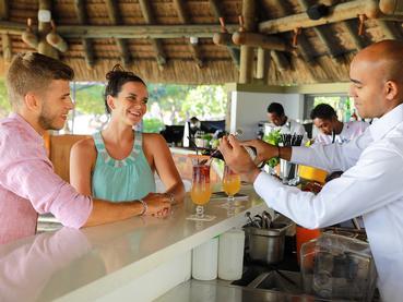 Sirotez des délicieux cocktails au bar de La Pirogue