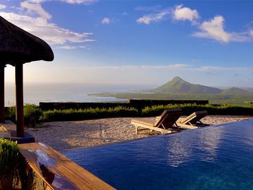 Une vue époustouflante depuis la piscine d'une suite