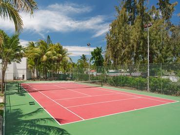 Le court de tennis de l'hôtel Coin de Mire Attitude