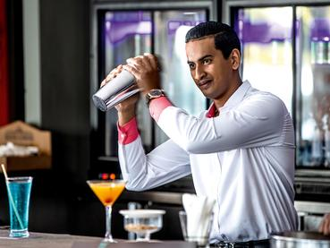 Sirotez un délicieux cocktail au Bay Watch Bar du Mauricia
