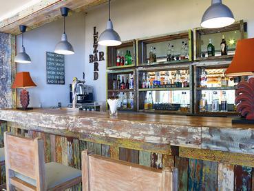 Sirotez un cocktail exotique au bar Le Lézard du Cocotiers