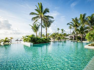 La piscine de l'hôtel Long Beach Mauritius à Belle Mare