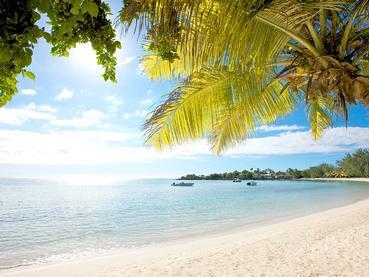 La plage du LUX* Grand Baie ravira petits et grands