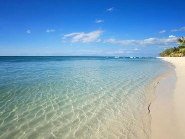 Le LUX* Le Morne vous charmera par son lagon aux eaux turquoise