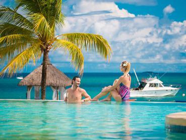 Détente au bord de la piscine de l'hôtel Maritim Resort