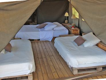 Intérieur d'une tente d'Otentic Eco Tent Experience