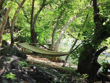 Détente en hamac au bord de la rivière à Otentic Eco Tent