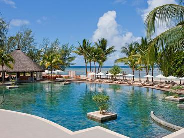 La superbe piscine de l'Outrigger Mauritius Beach Resort