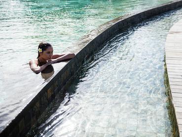 Profitez de la superbe piscine de l'hôtel Outrigger