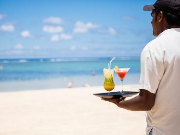 Sirotez des délicieux cocktails sur la plage de l'Outrigger