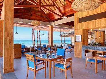 Le restaurant Edge Water Bar & Grill de l'hôtel Outrigger