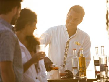 Détente au bar de l'hôtel Outrigger à l'île Maurice