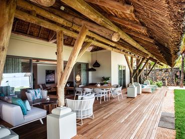 Profitez d'un moment de détente sur la terrasse ouverte de la Villa Paradis