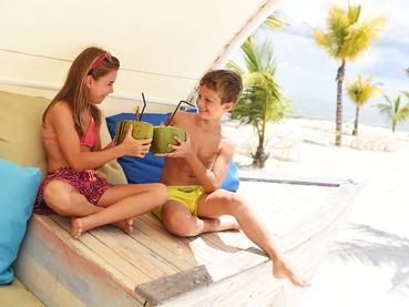 Sirotez de l'eau de coco fraîche au Radisson Blu Azuri