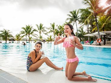 Rafraichissez vous au bord de la piscine du Shandrani