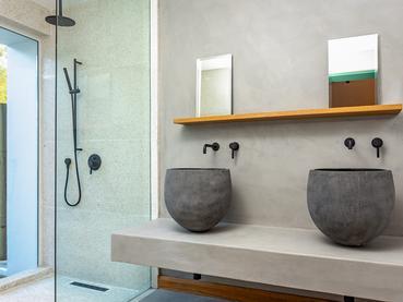 La salle de bain donnant sur l'extérieur