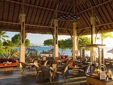 Le bar principal  de l'hôtel Oberoi situé dans la baie aux Tortues