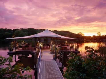 Le restaurant flottant Riviera de l'hôtel The Ravenala