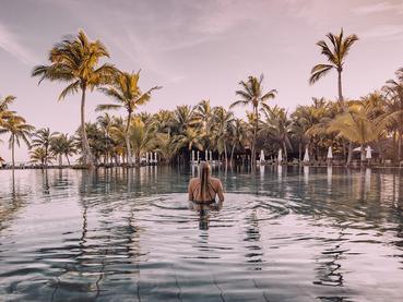 Profitez de la belle piscine du Trou Aux Biches Beachcomber