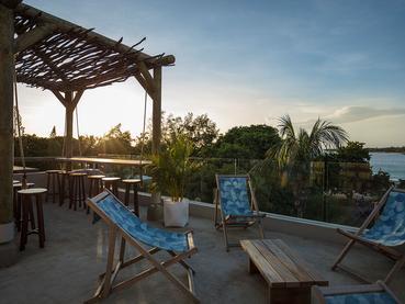 Contemplez un magnifique coucher de soleil depuis le rooftop bar View du Veranda