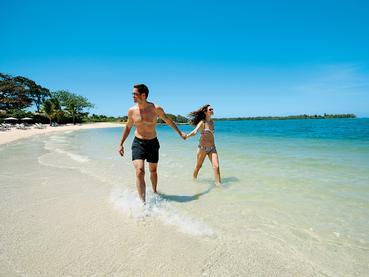 Profitez de la superbe plage de l'Anahita Golf & Spa Resort