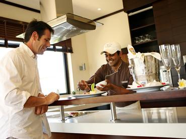 Profitez d'un somptueux repas dans votre villa de l'Anahita
