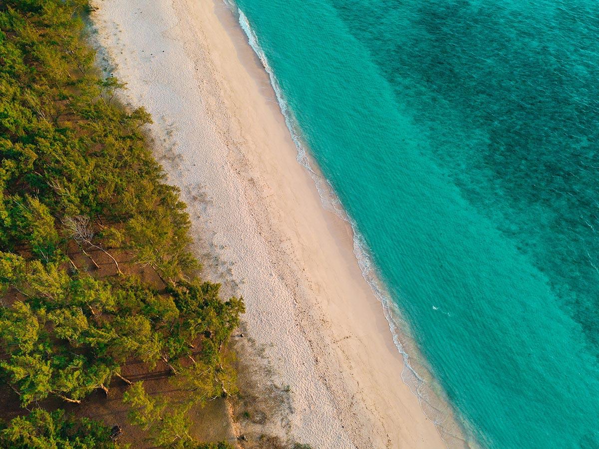 Profitez de la belle plage de l'hôtel Tekoma