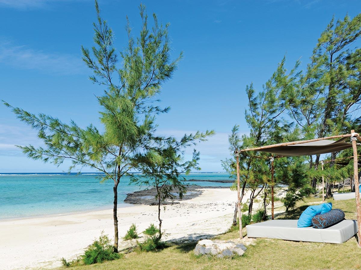 Détente face au lagon turquoise à l'hôtel Tekoma